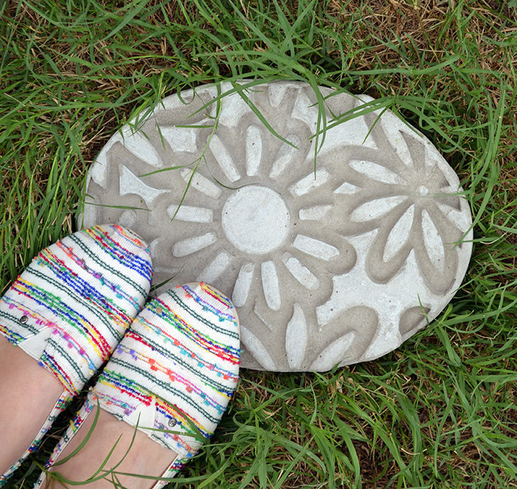 8 personalized diy stepping stones diy thought - Personalized garden stepping stones ...
